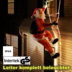 Weihnachtsmann auf Leuchtleiter draußen